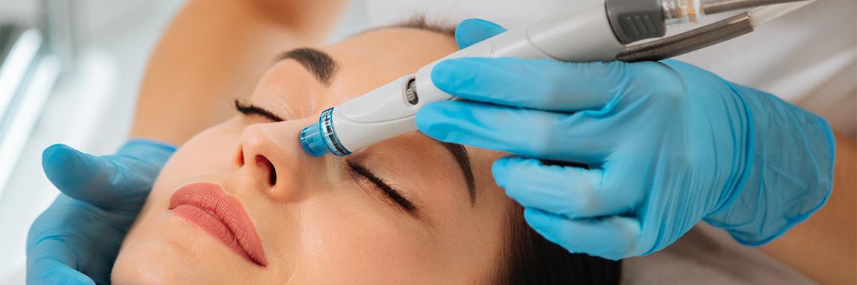 Frau bekommt HydraFacial Behandlung als Symbol für tiefenreine Haut