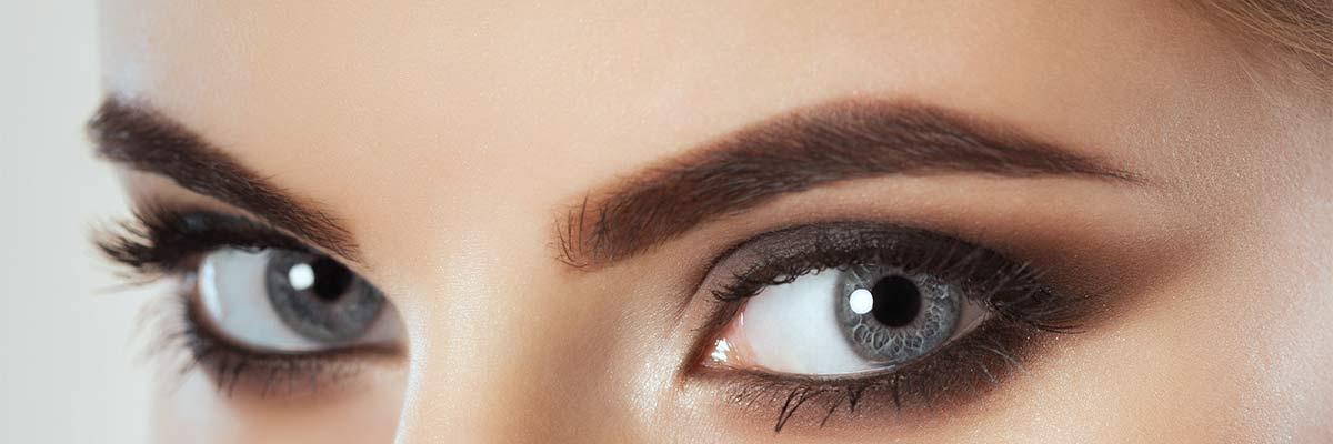 Frau mit schönen Augenbrauen als Symbolbild für Powder Brows